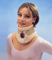 Paciente con un collar cervical Philadelphia